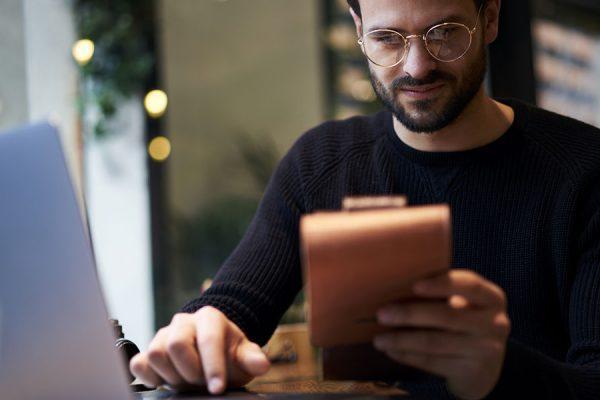 Bilden visar en man som håller en Checklista-for-CV